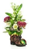 Fleurissez la pièce maîtresse de disposition de bouquet dans la vieille chaussure avec des grenouilles Images stock