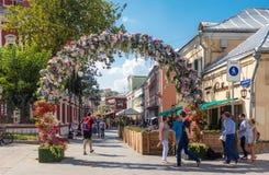 Fleurissez la voûte sur la ruelle reconstruite de Klimentovsky à Moscou photos stock