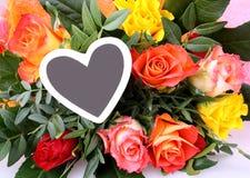 Fleurissez le bouquet avec la plaque de coeur pour leur message Photo stock