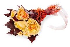 Fleurissez le bouquet des roses et des lames jaunes d'érable Photographie stock