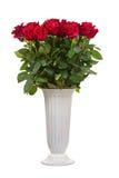 Fleurissez le bouquet des roses rouges dans le vase d'isolement sur le blanc Photo stock