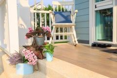Fleurissez le bouquet sur un plancher avec le fond de chaise de basculage en BAL photos libres de droits