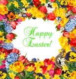 Fleurissez le cadre au-dessus du fond blanc avec le texte Joyeuses Pâques témoin Images stock