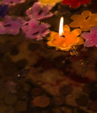 Fleurissez le flottement léger de flamme de bougie dans l'étang saint Images stock