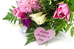 Fleurissez le groupe et une forme rose de coeur avec le jour de mère heureux des textes Photos libres de droits