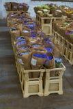 Fleurissez le marché avec de diverses fleurs fraîches multicolores dans des pots Rouge, rose, hortensia orange, bel à multiniveau photographie stock libre de droits