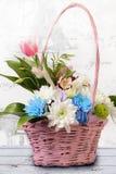 Fleurissez le panier Photo stock
