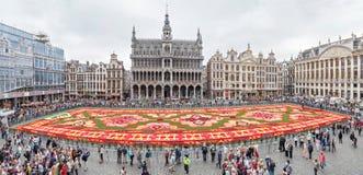 Fleurissez le tapis sur la place de Grand Place à Bruxelles photographie stock