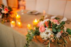 Fleurissez les compositions sur la table de mariage dans le style rustique Décorations de mariage avec leurs propres mains Image libre de droits