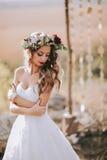 Fleurissez les décorations dans les cheveux de la jeune mariée Image libre de droits