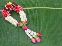 Fleurissez les guirlandes pour que les bouddhistes rendent hommage à Bouddha ou à tout autre c Images libres de droits