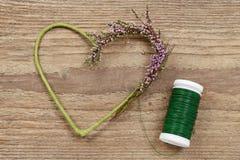 Fleuriste au travail : étapes de faire la guirlande de porte de Bruyère de bruyère Images stock