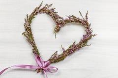 Fleuriste au travail : étapes de faire la guirlande de porte de Bruyère de bruyère Image libre de droits