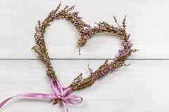 Fleuriste au travail : étapes de faire la guirlande de porte de Bruyère de bruyère Photo libre de droits