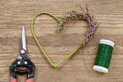 Fleuriste au travail : étapes de faire la guirlande de porte de Bruyère de bruyère Photos libres de droits