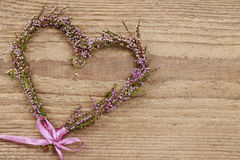 Fleuriste au travail : étapes de faire la guirlande de porte de Bruyère de bruyère dedans Photographie stock