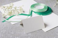 Fleuriste au travail Comment faire l'anneau de serviette avec le chrysanthème couler images libres de droits