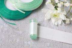 Fleuriste au travail Comment faire l'anneau de serviette avec le chrysanthème couler images stock