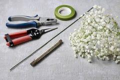 Fleuriste au travail Comment faire le wreat de mariage de paniculata de gypsophila images stock