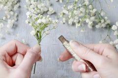 Fleuriste au travail Comment faire le wreat de mariage de paniculata de gypsophila image libre de droits