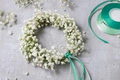 Fleuriste au travail Comment faire le wreat de mariage de paniculata de gypsophila photo libre de droits