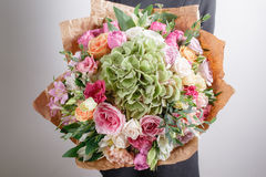 Fleuriste au travail Faites à des riches d'hortensia le bouquet Fond floristique de vintage, roses colorées, ciseaux antiques et  Photo stock