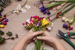 Fleuriste au travail Femme faisant le bouquet photographie stock