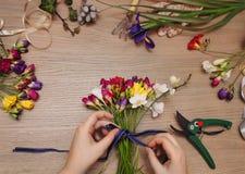 Fleuriste au travail Femme faisant le bouquet image stock