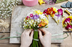 Fleuriste au travail Femme faisant le bouquet des fleurs de freesia photos libres de droits