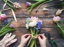 Fleuriste au travail Femme faisant le bouquet des fleurs de ressort photo stock