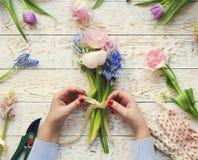 Fleuriste au travail Femme faisant le bouquet des fleurs de ressort photos libres de droits
