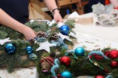 Fleuriste au travail sur la conception des décorations de Noël pour les vacances Image stock