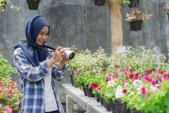 Fleuriste avec l'appareil-photo photos stock