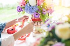 Fleuriste d'entrepreneur de jeunes femmes faisant ou s'chargeant de l'Artificia Photo stock
