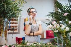 Fleuriste de femme parlant au téléphone portable dans le fleuriste Photographie stock