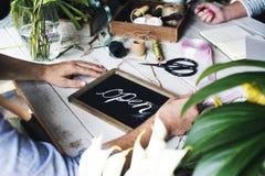 Fleuriste de travail manuel ouvert pour le service photographie stock libre de droits