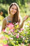 Fleuriste féminin dans le jardin d'été Photographie stock libre de droits