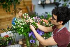 Fleuriste occupé Photo libre de droits