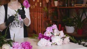 Fleuriste professionnel Start Making Bouquet des pivoines roses Photographie stock