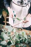 Fleuriste travaillant à l'espace de travail dans le fleuriste t Photo stock