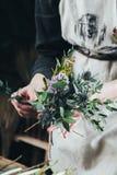 Fleuriste travaillant à l'espace de travail dans le fleuriste t Photographie stock