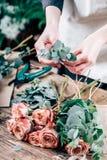 Fleuriste travaillant à l'espace de travail dans le fleuriste t Image libre de droits