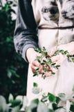 Fleuriste travaillant à l'espace de travail dans le fleuriste t Images stock