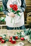 Fleuriste travaillant à l'espace de travail dans le fleuriste t Photos libres de droits