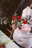 Fleuriste travaillant à l'espace de travail dans le fleuriste t Photos stock