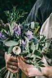 Fleuriste travaillant à l'espace de travail dans le fleuriste t Image stock