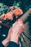 Fleuriste travaillant à l'espace de travail dans le fleuriste t Photo libre de droits