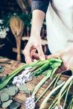 Fleuriste travaillant à l'espace de travail dans le fleuriste t Images libres de droits