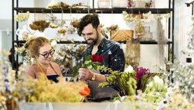 Fleuristes faisant le bouquet de fleur ensemble Photos libres de droits