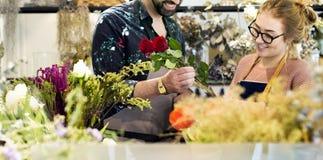 Fleuristes faisant le bouquet de fleur ensemble Image stock